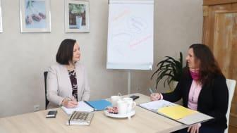 Saskia Koch (links) und Bettina Götz stimmen sich regelmäßig zu den aktuellen Themen des neuen Angebots der Hephata-Jugendhilfe in Fulda-Petersberg ab.