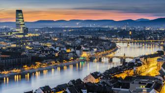 Blick auf die Stadt Basel mit der Mittleren Rheinbrücke, der Wettsteinbrücke und dem Roche Tower © Schweiz Tourismus / Andreas Gerth.