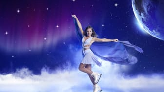 """Sarah Lombardi taucht ein in die Welt von HOLIDAY ON ICE: In der Show SUPERNOVA reist sie von der Erde zu den Sternen. Für ihr erstes Foto in der neuen Showwelt trägt sie ihr Lieblingskostüm von """"Dancing on Ice"""". Quelle: Holiday on Ice/Adrian Schätz"""