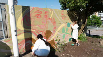 Två av de tjejer som deltar i projektet vid Friskväderstorget. Konstverket växer sakta fram och på lördag blir det festlig invigning.