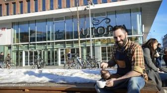 Costas Of Sweden öppnar i Utopia