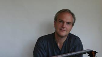Jakob Lindberg är en av världens främsta lutenister och verksam i London. Han ger konsert på Skånelaholms slott på lördag.