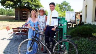 Sandra Brandt (LTM GmbH), Kathrin Lehne (Landgasthof Dehnitz) und Henry Graichen (Landrat Landkreis Leipzig) eröffneten die erste Fahrrad-Selbsthilfewerkstatt