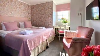 Sista etappen klar! Nu har ytterligare 15 sköna hotellrum på Krägga Herrgård fått helt ny, glänsande vårkostym i sober design.