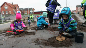 Plantering vid Furulund station - förskolebarn planterar