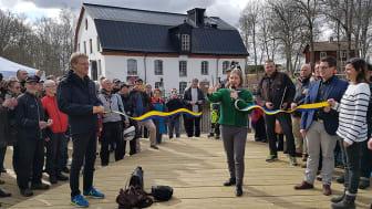 Miljöministern Karolina Skoog inviger den fisktrappa Tyréns har utformat vid Ulva Kvarn i Uppsala