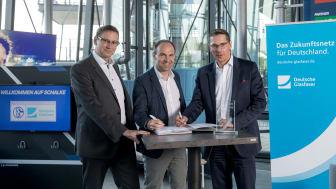 Von links nach rechts: Dr. Stephan Zimmermann, CTO Deutsche Glasfaser, Alexander Jobst, Vorstand Marketing des FC Schalke 04, Uwe Nickl, CEO Deutsche Glasfaser (DG)