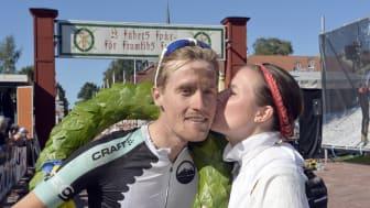 Alexander Wetterhall vann Cykelvasan 2015. Segerpuss från kranskullan Viktoria Stärner.