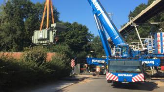 60 Tonnen am Haken: Der neue Trafo wird an seinen Platz gehievt.