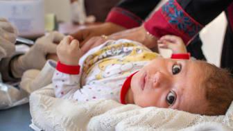 Zuka, tre månader, får livsviktigt vaccin i Aleppo, Syrien. Coronapandemin har lett till stora störningar inom barn- och mödrahälsovården, något som nu riskerar att utradera årtionden av framsteg i kampen mot barnadödlighet. Foto: © UNICEF/Chnkdji