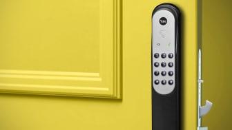 Yale Doorman svart på gul dörr