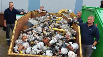 Das Ergebnis allein eines Arbeitstages im Überflutungsgebiet: ein Container voll mit Reglern, Zählern, Rohren. (v. l.) Mario Tölle (Bad Wünnenberg), Sascha Stümmler (Delbrück), Andreas Wigge (Bad Wünnenberg) und Matthias Göhre (Lage).
