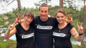 Runstreakaren Daniel Karlsson flankerad av Ellen Westfelt och Ann-Elise Tammar.
