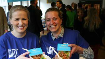 GLADLAKSER: Iselin Bogstrand (til venstre) og Sara Møllebakken i Norges sjømatråd serverte poké i forbindelse med workshop hos Helsedirektoratet.
