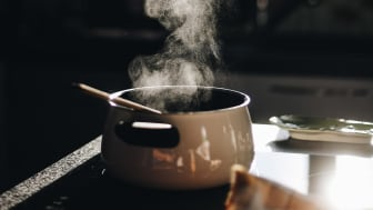 Det er lett å glemme en gryte som står og koker. Komfyrvaktens jobb er å sørge for at strømmen kuttes dersom det er fare for brann.  Foto: Gaelle Marcel/Unsplash