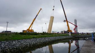 Spektakuläre Kranung des Innengerüsts für den neuen Aussichtsturm an der Yachthafenpromenade auf Fehmarn. © TSF