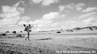 En man på ett fält som drabbats av torkan i byn Andranosira, Madagaskar. Foto: Pierrot Men /Amnesty International