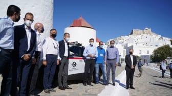 Volkswagen-koncernens VD Herbert Diess och Greklands premiärminister Kyriakos Mitsotakis överlämnar Greklands första elektriska polisbil på Astypalea.