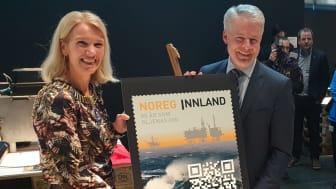 Stavangers ordfører Christine Sagen Helgø og administrerende direktør Trond-Erik Johansen i ConocoPhillips avduket oljefrimerket i historisk miljø. Borekronen foran på bildet er den som gjorde det første oljefunnet på Ekofisk i 1969.