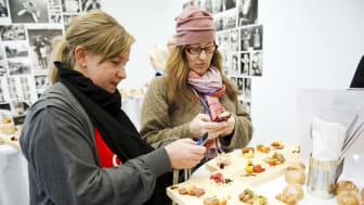Förpackningsdesignern Ylva Falquist och Matmorsan Anette Rosvall på pressträffen om svenska charkuterier