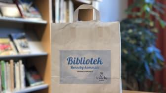 En kasse med böcker från Ronneby bibliotek. Foto: Alexander Lewin