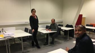 Kursdeltagarna Solomon Okbamichael och Falah Asho tillsammans med läraren Kristina Ekblom under MTR:s utbildning i svenska för lokalvårdare. (Foto: Daniel Wiorek)