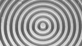 Förstorad bild (elektronmikroskop) av diamantkoronagrafens centrala del visande det mikrofabricerade cirkulära gittret. Bild: Uppsala universitet