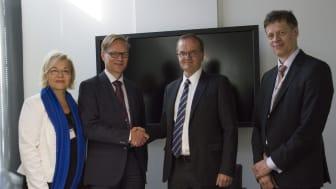 Tekes, Finland's kontor for finansiering av innovasjon, og IBM har idag signert en omfattende partnerskapsavtale. Fra venstre mot høyre: Maarit Palo (IBM), Tuomo Haukkovaara (IBM), Pekka Soini (Tekes), Mika Lautanala (Tekes)