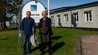 Jonas Spangenberg, VD BoKlok, och Hans Biörck, styrelseordförande Skanska, utanför BoKloks fabrik i Gullringen, Småland.