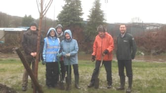 Pete Hewitt from the Environment Agency with members of the Friends of Nuttall Park.