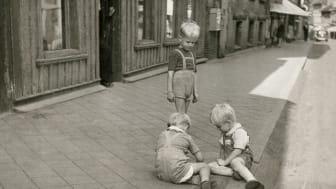 Barn som leker på en gata i Haga, 1949.