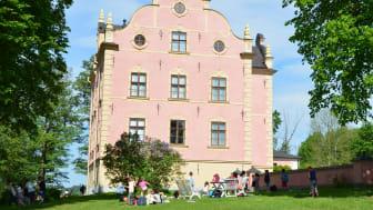 Under Fysingedagen 16 september genomförs visningar av Skånelaholms slott. Parken är alltid öppen för besök.