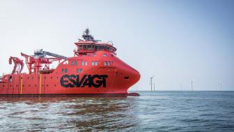 'Esvagt Froude' er chartret ind for Siemens Wind Power i fem år med option på yderligere fem år, og 'Esvagt Faraday' er chartret ind for ti år med option på yderligere fem år.