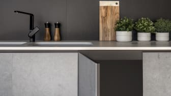 Dekton® Slim i farven Kreta monteret på køkkenlåge.