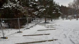 Stockholms kyrkogårdsförvaltning har börjat spärra av 17 hektar av ett parkområde i Järva som tar emot hundratusentals besök per år.