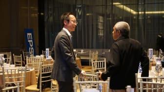 Interaksi Langsung antara Direktur Epson Indonesia Shimizu Tomoya (Kiri) dengan salah satu rekan media Bapak Usman (Kanan)