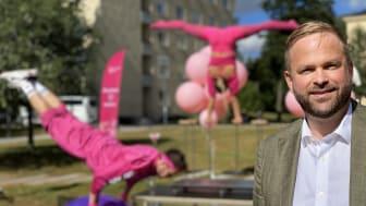 Kulturborgarråd Jonas Naddebo besökte en föreställning av akrobatikturnén på ett boende i Vasastan. Foto: Wictoria Berglund.