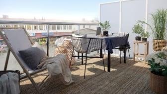 Flera av de nya lägenheterna på Radiotorget har en egen terrass där man kan följa folklivet på torget under soliga dagar.
