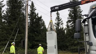 Batteriskapet settes på plass ved en strømstolpe i lavspenningsnettet på Sjusjøen.