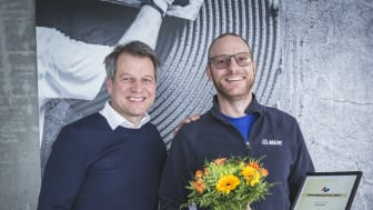 Mapeis Jesper Pettersson mottar innovasjonsprisen for 2017 av adm. dir. Trond Hagerud.