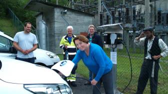 Daglig leder i Kraft- og skredsenter i Tafjord, Gro Marita Valdal, stod i dag for den offisielle åpningen av ladestasjon for elbiler i Tafjordbygda.