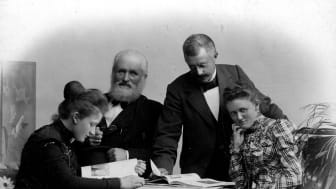 Helge Væringsaasen sammen med sine døtre. Fra venstre: Ingeborg Væringsaasen, Helge Væringsaasen, ukjent og Inger Væringsaasen. Foto: Anno Glomdalsmuseets fotoarkiv.