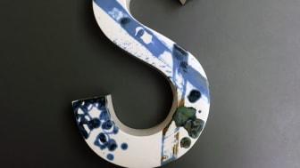 Årets S är framtagna av Amore Brand Identity Studios  och Porslinsfabriken i Lidköping