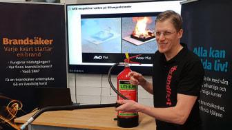 Henrik Wahlström, vd på Brandfast, håller kurs om bränder i litiumjonbatterier.