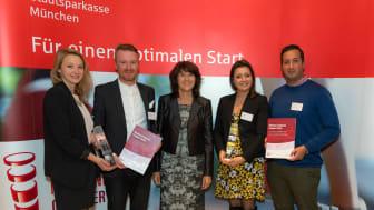 Vorstandsmitglied Marlies Mirbeth (Mitte) von der Stadtsparkasse München verlieh den München Gründerpreis 2017 an Lisbeth Fischbacher (li.) und Daniel Hoheneder (2. v. li.) mit der flissade GmbH und Ebru (4. vo. Li.) und Erol Kaynak (re.) mit der myC