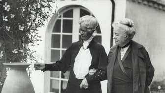 Henriette Coyet, slottsfru på Torup, var god vän med Selma Lagerlöf. Här ses de på Torups slottsgård.