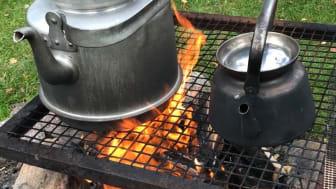 Genom att laga mat tillsammans över öppen eld känner vi större samhörighet med varandra. Foto: Siw Östlund.