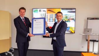 Auszeichnung für ein gutes Arbeitsumfeld: Dr. Jürgen Helmes von der IHK für die Region Oberfalz und Kelheim übergibt den Personalmanagement-Award an Bayernwerk Personalvorstand Andreas Ladda.