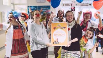 Sana-sol Vitanallet lahjoitti Sairaalaklovnien toimintaan 10 000 €. Kuvassa viestintäpäällikkö Susanna Nikko sekä Sairaalaklovnien toiminnanjohtaja Aino Viertola.