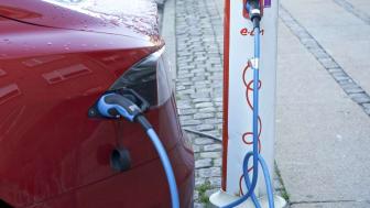 Flere og flere bilproducenter producerer elbiler, og salget af elbiler har været højt i de seneste år. En tendens der fortsætter i 2020 og 2021, spår Folkesparekassens direktør.